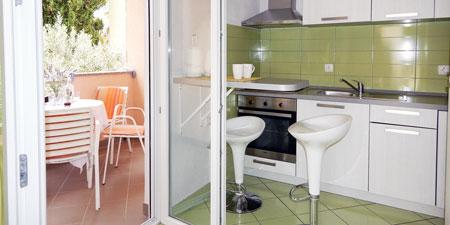 Apartman Nedjeljka Ražanj 5 Kuhinja i balkon